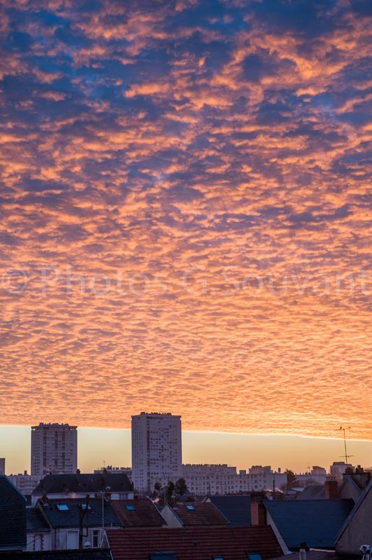 Lever de soleil avec un ciel nuageux rose, 20140105 Tours. FRANCE